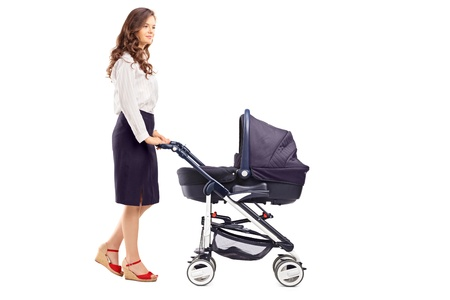 empujando: Retrato de cuerpo entero de una madre empujando un cochecito de bebé, aislado sobre fondo blanco Foto de archivo