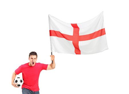 euphoric: Un ventilatore euforico in possesso di un pallone da calcio e inglese bandiera isolato su sfondo bianco