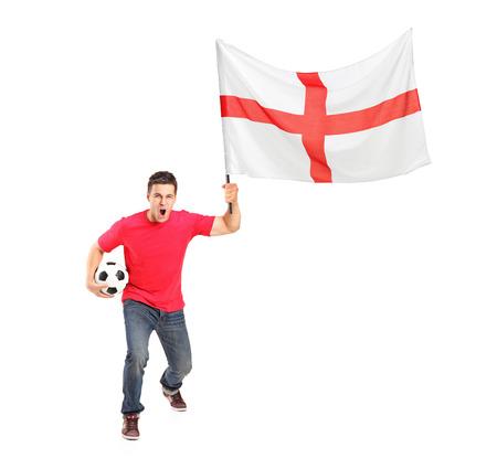 euphoric: Ritratto di lunghezza completa di un ventilatore euforico con una palla e la bandiera inglese isolato su sfondo bianco