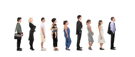 file d attente: Portrait en pied d'hommes et de femmes debout, ensemble dans une ligne isolée sur fond blanc