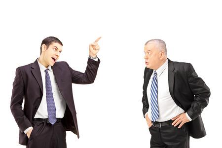 personas discutiendo: Colegas de negocios enojado durante una discusión aislada en el fondo blanco