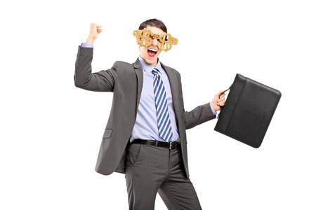 euphoric: Imprenditore Euphoric indossando occhiali dollaro segno e con una valigia di cuoio isolato su sfondo bianco Archivio Fotografico