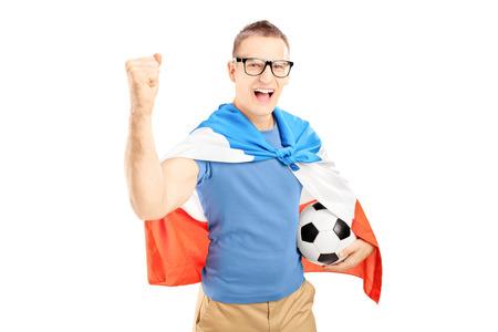 euphoric: Euphoric fan sesso maschile in possesso di un pallone da calcio e la bandiera dei Paesi Bassi isolato su sfondo bianco