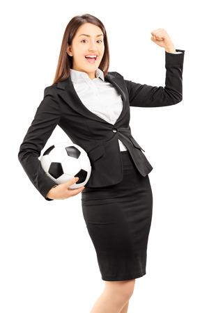 euphoric: Euphoric imprenditrice in possesso di un pallone da calcio e gesticolando felicit� isolato su sfondo bianco