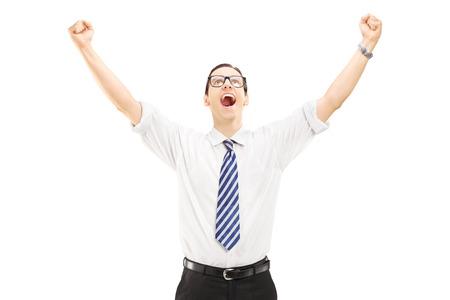 manos levantadas: Hombre emocionado con las manos levantadas señalando la felicidad aislado en blanco