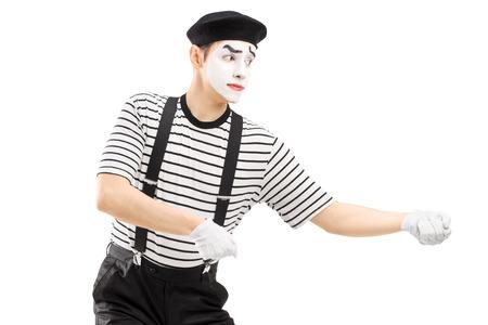 pantomima: Hombre mimo realizar tirando de la cuerda virtual aislado en blanco