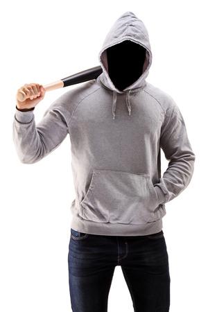El hombre en una sudadera con capucha de la celebración de un bate de béisbol que simboliza el crimen aislado en fondo blanco