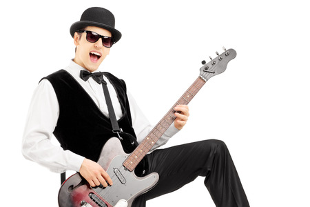 euphoric: Euphoric uomo che suona una chitarra basso isolato su sfondo bianco Archivio Fotografico