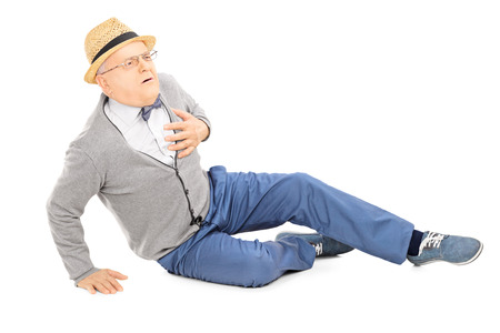 ataque cardiaco: Caballero de mediana edad tirado en el suelo con un ataque de corazón aislado en el fondo blanco