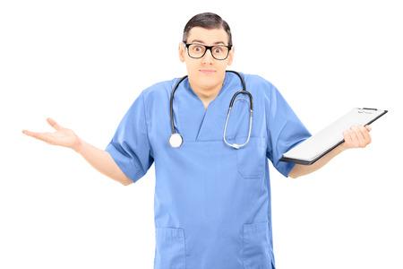 Verwirrt männlichen Arzt Gestikulieren mit Händen isoliert auf weiß