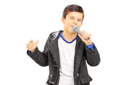 cantando: Muchacho que canta en el micr�fono aislado en el fondo blanco
