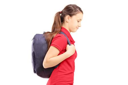 petite fille triste: �coli�re triste avec un sac marche, isol� sur blanc Banque d'images