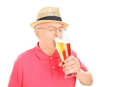 hombre tomando cerveza: Cerveza de consumición del hombre aislado en fondo blanco