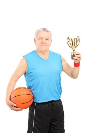 amateur: Explotación de la atleta de baloncesto maduro y un trofeo aislado sobre fondo blanco Foto de archivo