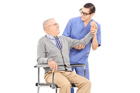 physical exam: Fisioterapista fare un esame fisico su signore anziano isolato su sfondo bianco