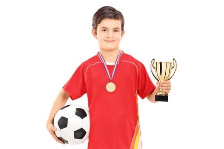 Joueur de football tenant une tasse d'or isolé sur fond blanc Banque d'images - 26863797