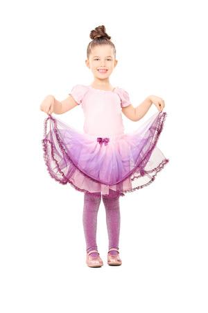 Leuk klein meisje verkleed als ballerina geïsoleerd op een witte achtergrond