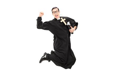 religion catolica: Sacerdote var�n emocionado que salta con la alegr�a aislada en el fondo blanco