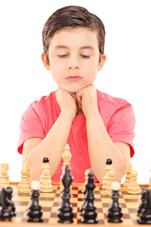 jugando ajedrez: Muchacho que juega a ajedrez aisladas sobre fondo blanco