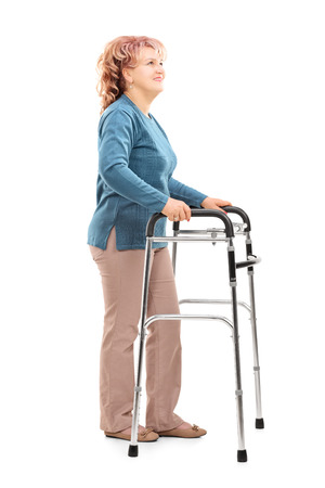 marcheur: Femme d'âge mûr avec déambulateur regardant isolé sur fond blanc