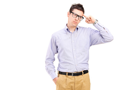 recordar: Hombre joven que intenta recordar algo aislado en el fondo blanco