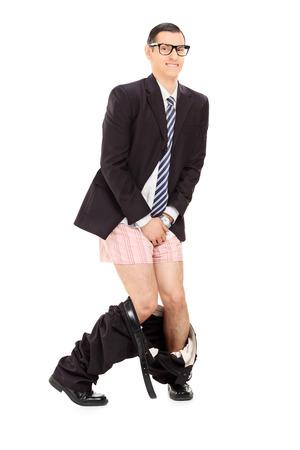 pantalones abajo: Hombre de negocios con los pantalones abajo sosteniendo su entrepierna aisladas sobre fondo blanco