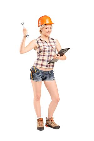 alicates: Retrato de cuerpo entero de un mecánico de sexo femenino que sostiene una llave aisladas sobre fondo blanco Foto de archivo
