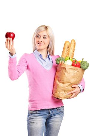 bolsa de pan: Mujer con una bolsa con alimentos y una manzana aislada sobre fondo blanco