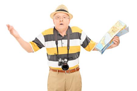Mylić starsze turystyczny trzyma mapę samodzielnie na białym tle