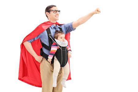 Superhéroe Hombre con el puño en alto con un bebé aislado en fondo blanco
