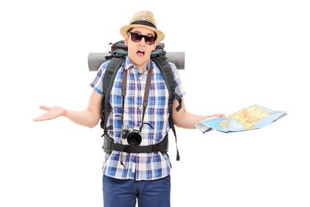 失われた男性の観光地図を保持し、白い背景で隔離の手でジェスチャー