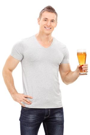 hombre tomando cerveza: Apuesto joven sosteniendo una jarra de cerveza aisladas sobre fondo blanco