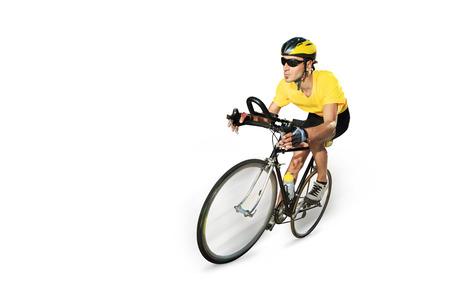 白い背景で隔離の自転車に乗って、男性サイクリスト