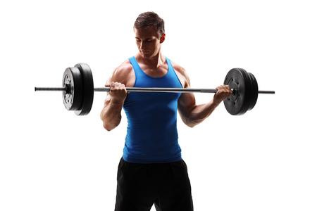 hombres haciendo ejercicio: Hombre joven muscular que ejercita con una pesa aisladas sobre fondo blanco