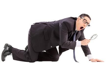 lupa: El hombre en busca de algo con una lupa aislados sobre fondo blanco