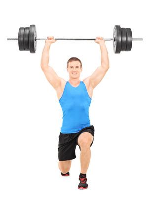 lunges: Hombre deportista la celebraci�n de un gran peso y haciendo estocadas aislados sobre fondo blanco