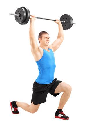 lunges: Retrato de cuerpo entero de un hombre levantando una barra y hace estocadas aisladas sobre fondo blanco