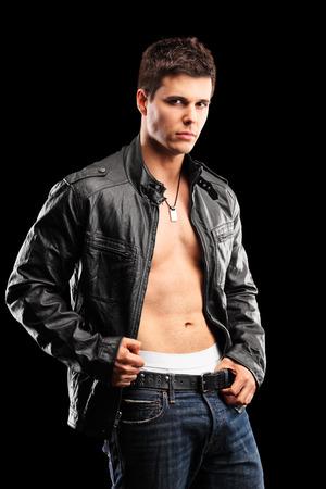 bel homme: Photo verticale d'un mec torse nu beau sur fond noir Banque d'images