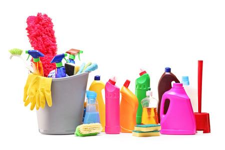 productos de limpieza: Estudio foto de un montón de productos de limpieza aislados sobre fondo blanco