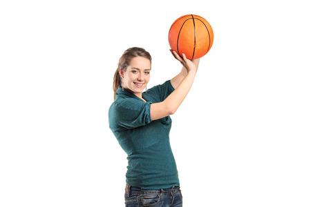 baloncesto chica: Mujer joven que sostiene una pelota de baloncesto aislados sobre fondo blanco