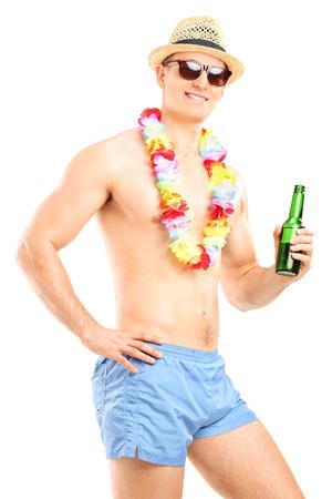 shirtless guy: Individuo descamisado que sostiene una botella de cerveza aisladas sobre fondo blanco