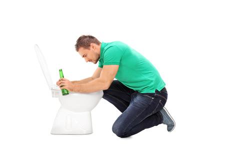 vomito: Hombre borracho con una botella de cerveza y apoyándose en un inodoro aislado en fondo blanco