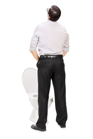 Posterior disparo de estudio de opinión de un hombre tomando una meada aislado en fondo blanco