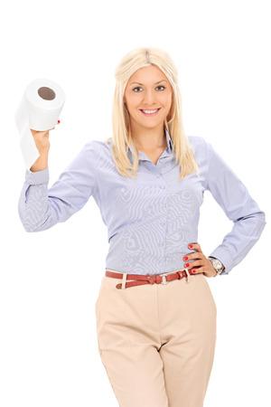 papel higienico: Mujer rubia que sostiene un rollo de papel higiénico aislado en el fondo blanco