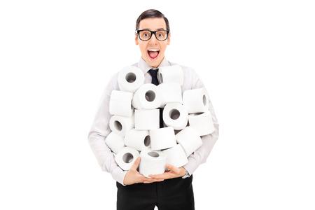 papel higienico: Hombre emocionado que sostiene una pila de papel higi�nico aislado en el fondo blanco