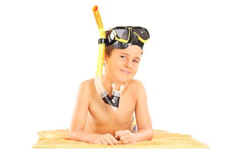 niño sin camisa: Niño pequeño con un snorkel acostado en una toalla aisladas sobre fondo blanco