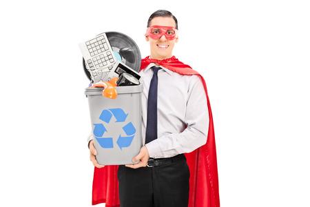 papelera de reciclaje: Hombre RECICLAJE sus cosas viejas en una papelera de reciclaje aisladas sobre fondo blanco Foto de archivo