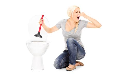 wc: Frau unclogs einen stinkenden Toilette mit Kolben isoliert auf weißem Hintergrund