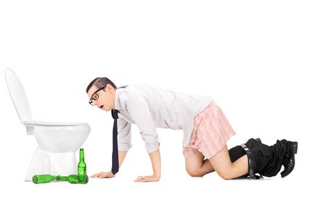 vomito: Joven Wasted arrastrándose a un inodoro aislado en fondo blanco
