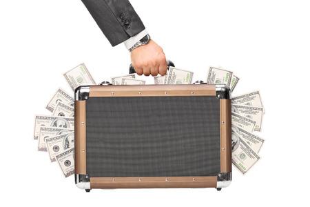Hand met een koffer vol geld geïsoleerd op witte achtergrond